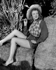 Marilyn Monroe—then still Norma Jeane—as a young model in Photo by Potter Hueth. Marylin Monroe, Joven Marilyn Monroe, Young Marilyn Monroe, Marilyn Monroe Photos, Brigitte Bardot, Classic Hollywood, Old Hollywood, Hollywood Style, Divas Pop
