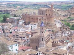 Albalate del Arzobispo en Teruel (castillo e iglesia) Iglesias, Paris Skyline, Grand Canyon, Nature, Travel, Hidden Places, Cathedrals, Forts, Spain