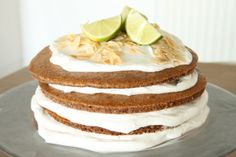 Vandaag het recept voor een heuse feest taart van amandelmeel. Ik vind de taart namelijk een echte feestelijke uitstraling hebben, zeker als je hemin puntenhebt gesneden en de verschillende laa...