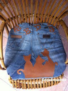 Kussen gemaakt voor mn poezekinderen met hun voorletters, van oude jeans van mijn zoon. www.creacrola.nl