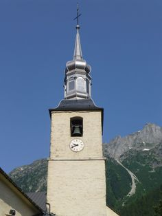 Cadran d'horloge Bodet installé sur le clocher de l''église Saint-Michel située à Chamonix-Mont-Blanc.en Haute-Savoie.