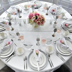 silver and white tablescape table setting Round Table Settings, White Table Settings, Thanksgiving Table Settings, Christmas Table Settings, Christmas Table Decorations, Holiday Tables, Dining Etiquette, Bridal Shower Tables, Silver Table