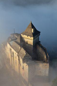 France, Dordogne, Périgord Noir, vallée de la Dordogne, Castelnaud-la-Chapelle, le château médiéval de Castelnaud qui abrite le Musée de la Guerre au Moyen-Age