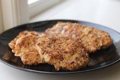 Kryddiga kycklingbiffar   Tillbehören kan varieras med allt från potatis, rotfrukter, ris, sallad, bulgur, böner etc.  Ingredienser:  Kycklingfärs (ca 800-900 g) 1 ägg 0,5 gul lök 2-3 cm purjolök  1 pressad vitlöksklyfta (valfritt)  Salt & peppar  Paprikapulver Övriga kryddor