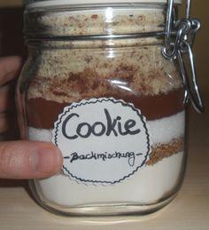 Etikett auf das Einmachglas kleben. #diy #doityourself #tutorial #baking #present #gift #cookies