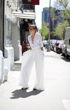 Awesome Street Wear Dresses For The Trendy Girls In Town - Trend To Wear White Fashion, Look Fashion, White Wide Leg Trousers, White Pants, Wide Legs, Casual Chic, Fashion For Petite Women, Classic Style Women, Overall