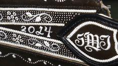 Straußenfeder und Lederriemen - Federkielstickerei Chanel Boy Bag, Traditional Outfits, Youtube, Zip Around Wallet, Shoulder Bag, Embroidery, Surface, Kiel, Leather