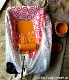 Couvrir le bac à peinture avec un sac en plastique ou du papier aluminium pour ne pas avoir à le nettoyer