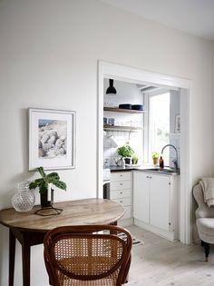 Mysig etta med solig balkong, härlig utsikt och rofyllt läge vid Slottsskogen - Stadshem One Room Apartment, Compact Living, Scandinavian Interior, My Room, Interior Styling, Household, Minimalist, Inspiration, Furniture