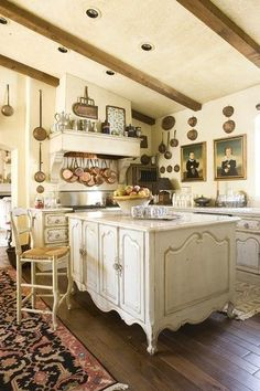 Stylish country kitchen- lofe all the pots on the wall Modern French Country, French Country Kitchens, French Country Cottage, French Style, Country Living, French Decor, French Country Decorating, Cozinha Shabby Chic, Classic Kitchen
