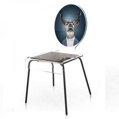 Envie de forêt, pourquoi ne pas s'attarder sur la chaise portrait tête de cerf qui donne une touche forestière et printanière à votre intérieur