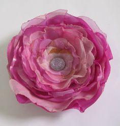 Flor de cetim e chiffon lilás. Pode ser usada como enfeite de cabelo ou como broche para decorar bolsas, vestidos, etc. diâmetro da flor: aproximadamente 8,5 cm.