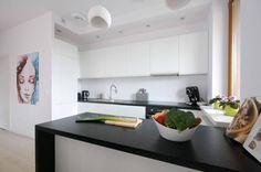 Biała kuchnia z laminowanym czarnym blatem (do ZAWICKA-ID Projektowanie wnętrz)