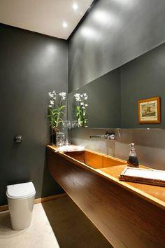 Wood sink, dark walls, tankless toilet--Residência CAPB / Arquiteto: Erick Figueira de Mello