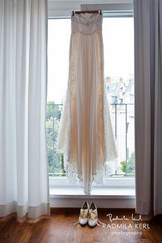 nice straight vintage wedding dress on window with vintage wedding shoes by © Radmila Kerl wedding photography munich schönes geradliniges Hochzeitskleid im Vintage-Look mit den passenden Shuhen