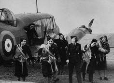 Товарищество: Полин Гауэр (в центре), на фото с другими пилотами Секции воздушного транспорта Вспомогательные в № 5 Ferry пилотов: Бассейн женщин в 1940 году