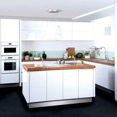 Belle cuisine lumineuse avec crédence en verre > http://www.m-habitat.fr/amenagement/credence/la-credence-de-cuisine-en-verre-1390_A