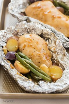 Honey Garlic Chicken Foil Packets {VIDEO} – The Recipe Rebel These Honey Garlic Chicken Foil Packets are made with juicy grilled chicken breast, potatoes and green beans and covered in a homemade honey garlic sauce. Breakfast And Brunch, Breakfast Low Carb, Breakfast Recipes, Dinner Recipes, Grilled Fish Recipes, Healthy Grilling Recipes, Healthy Meals, 500 Calories, Easy Honey Garlic Chicken