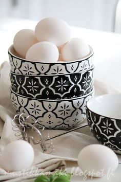 those bowls are exquisite...love the bold black and white pattern | Dalmatian Plantation 123 Bayou Black Road White Castle Louisiana