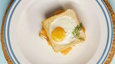 Uwielbiasz tosty? My też! Uwielbiasz jajka? My też! A teraz wyobraź sobie centrum szczęścia, którym są haps kanapki z tostów z jakiem w środku. A jak brakuje ci wyobraźni, to skorzystaj z naszego przepisu i przekonaj się na własny brzuch, jak smakuje prawdziwe śniadanie mistrzów. Składniki: 2 kromki chleba tostowego 1 jajko 1 łyżeczka masła łosoś wędzony kremowy serek koperek sól pieprz Wykonanie: Patelnię posmaruj masłem i zrumień na niej pieczywo z obu stron. W jednej kromce wytnij na ...