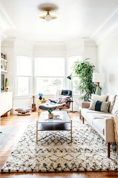modern vintage livingroom patterned rug plants airy inspiration