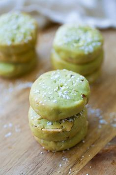 Matcha cookies with almond – buttery and crumbly Japanese matcha (green tea) cookies with almond. Super easy matcha cookies recipe that… Easy Delicious Recipes, Easy Cookie Recipes, Baking Recipes, Dessert Recipes, Yummy Food, Kabob Recipes, Fondue Recipes, Healthy Food, Healthy Recipes