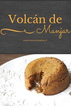 Esta versión de volcán de manjar te hará soñar, al partir el queque el manjar tibio inunda el plato, con helado es simplemente glorioso. Sweets Cake, Cupcake Cakes, Cupcakes, Sweets Recipes, Cooking Recipes, Peruvian Desserts, Chilean Recipes, Chilean Food, Nutella