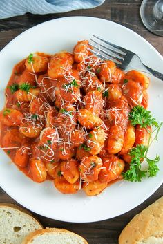 Tomato Recipes Soft pillows of potato gnocchi coated in a rich tomato vodka sauce. - Hearty and comforting Gnocchi alla Vodka. Simple enough for a weeknight, but impressive enough for any occasion. Pasta Recipes, Dinner Recipes, Cooking Recipes, Dinner Menu, Gnocchi Bolognese, Baked Gnocchi, Gnocchi Sauce, How To Cook Gnocchi, Vodka Sauce