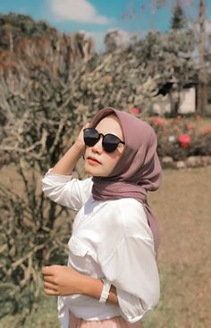 Ootd hijab simple with accessories hijab simple teenagers Photoshoot trend hijab casualThe actual scarf Hijab Casual, Ootd Hijab, Hijab Teen, Modest Fashion Hijab, Simple Hijab, Girl Hijab, Hijab Chic, Fashion Outfits, Simple Outfits