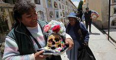 Bolivia venera a las calaveras en la fiesta de las Ñatitas