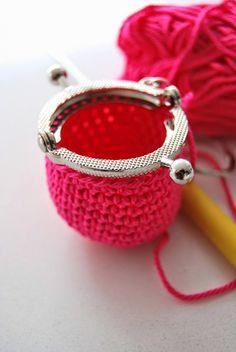 Dit gratis haakpatroon van een mini portemonneetje is te leuk. Deze schattige kleine portemonneesluitingen zijn te koop bij Echtstudio. Een echte must have! Crochet Stars, Bead Crochet, Crochet Earrings, Purse Patterns, Knitting Patterns, Crochet Patterns, Crochet Handbags, Crochet Purses, Crochet Wallet