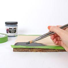 Wooden serving platter with chalkboard surface / Plateau de présentation en bois avec surface en ardoise | DeSerres