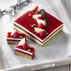 gateau framboises, pistaches et chocolat blanc - raspberry, pistachios and white chocolate Fancy Desserts, Fancy Cakes, Sweet Desserts, Mini Cakes, Delicious Desserts, Opera Cake, Cake Recipes, Dessert Recipes, Beautiful Desserts