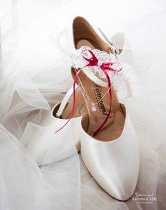 Klassisches Double: Brautschuhe und Strumpfband   Foto: Radmila Kerl