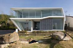 L'architecte japonais Katsufumi Kubota de Kubota Architect Atelier s'est associé avec Kenji Nawa de Nawakenji-M pour compléter la TA House, projet qui a vu le jour dans l'agence JA+U. La maison se situe à Nishinomiya, sur un site qui est partagé avec un tombeau datant du septième siècle.