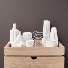 vase design blanc, de la marque danoise Hübsch