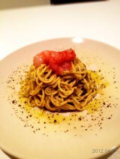 Spaghetti alla chitarra con pesto di pistacchi e gamberi rossi marinatinell'arancia