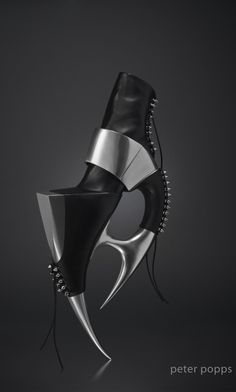 Avant-Garde Shoes by Peter Popps. Futuristic Look Funky Shoes, Crazy Shoes, Me Too Shoes, Creative Shoes, Unique Shoes, Diana Vreeland, Weird Fashion, Fashion Shoes, Futuristic Shoes