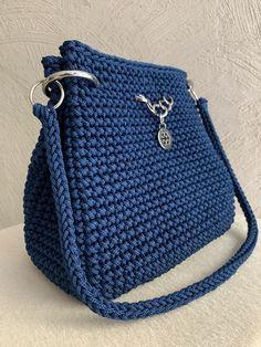 Diy Crafts - beautywomenquotesclassy,StylishBeautifulWomen-Navy blue bag handbag- Bolsa saco azul marinho Navy blue shoulder bag with magnet lining an Free Crochet Bag, Crochet Market Bag, Crochet Tote, Crochet Handbags, Crochet Purses, Crochet Yarn, Crochet Designs, Crochet Patterns, Bag Patterns
