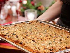 Τυρόπιτα µε ελιές και δεντρολίβανο Bread And Pastries, Greek Recipes, Banana Bread, Oven, Rolls, Food And Drink, Sweets, Christmas Foods, Trays
