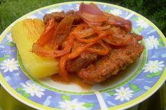Canard aux navets. Servir la porción del pato acompañado con los nabos y la cebolla y por encima colocar la salsa del misma cocción.