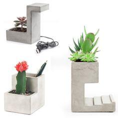 Der Schreibtisch-Blumentopf ist die überraschende Geschenkidee für stilbewusste Arbeitsbienen und ein kleines Designhighlight, das sich wunderbar in moderne oder minimalistische Einrichtungen einfügt. In 3 Variationen – auf Wunsch sogar mit integrierter USB-Lampe. Ästhetisches Gadget-Geschenk für Freunde, Verwandte oder den Partner!