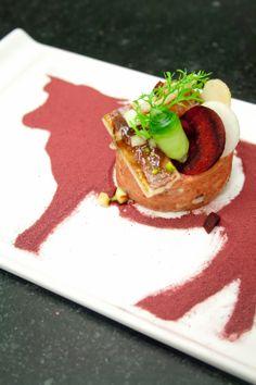 Hotelschool Spermalie - Rundtartaar klassiek met paling en granny smith. Rode bietpoeder in sjabloon van een koe!
