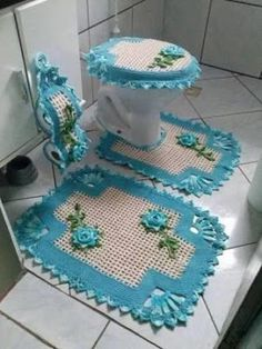 Crocheted Bathroom Set Ideas for Crochet Lovers: Crochet art is evergreen and it can never become out of fashion. Crochet Diy, Crochet Home Decor, Crochet Crafts, Crochet Doilies, Crochet Projects, Sewing Projects, Bathroom Crafts, Bathroom Sets, Hall Bathroom