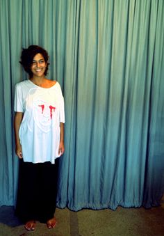 """http://heroina-alexandrelinhares.blogspot.com.br/2014/04/livia-veste-heroina-alexandre-linhares.html  Livia Deschermayer veste """"santa chorando sangue"""", da Heroína - Alexandre Linhares"""