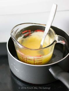 hollandaise sauce This easy Hollandaise sauce recipe doesn't require a blender, a double boiler, or constant whisking. If you want a thick, creamy, and tangy sauce that's easy to mak Molho Hollandaise, Sauce Hollandaise Vegan, Blender Hollandaise, Easy Eggs Benedict, Eggs Benedict Recipe, Brunch Recipes, Breakfast Recipes, Sauce Recipes, Cooking Recipes