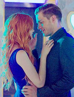 Find images and videos about gif, shadowhunters and the mortal instruments on We Heart It - the app to get lost in what you love. Clary Und Jace, Clary Fray, Shadowhunters Tv Series, Shadowhunters The Mortal Instruments, Katherine Mcnamara, Romantic Kiss Gif, Dominic Sherwood, Jace Wayland, Matthew Daddario