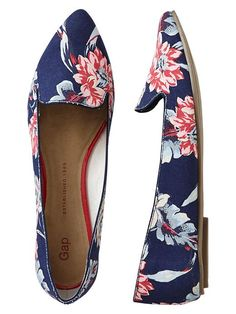Gap Floral Printed Pointy Flats - navy floral by: Gap Chic Chic, Crazy Shoes, Me Too Shoes, Gap Shoes, Blue Shoes, Fancy Shoes, Women's Shoes, Look Fashion, Fashion Shoes