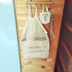 キャンドゥのおすすめ収納アイテムはまだまだあります。こちらは人気のネットバッグです。ついに100均にもネットバッグが登場しました。カラーは3色。ブラック、ホワイト、ピンクのカラーが用意されています。