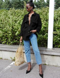 Jean mom + escarpins noirs = le bon mix (photo Sylvie Mus)